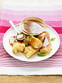 Banana nems with toffee sauce