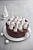 Schokoladen-Weihnachtstorte mit süssen Pilzen aus Baiserteig