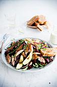 Salat mit Linsen, Rote Bete, geräucherter Makrele, Avocado und roten Zwiebeln