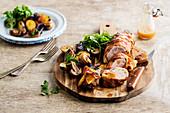 Filet Mignon vom Schwein im Speckmantel, dazu Kartoffeln mit Pilzen und roten Zwiebeln