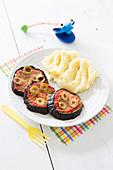 Mini Auberginen-Pizzen mit Tomaten und Oliven, dazu Kartoffelpüree