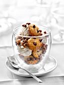Vanilleeisbecher mit Chocolate Chip Cookies und Schokobonbons