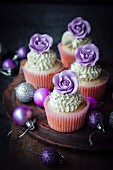 Cupcakes mit violetten Zuckerrosen verziert