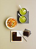 Menü mit grüner Gemüsesuppe, Weizengriess mit Hähnchen und Schokoladentarte