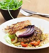 Rösti-Burger mit Geflügelhacksteak, Gemüse und roten Zwiebeln