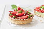 Strawberry tartlet with peas and mint