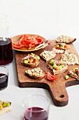 Belegte Brote mti grüner Oliven-Tapenade, Mandeln, eingemachte Tomaten, Saubohnen und Sardellen