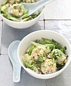 Bo Bun mit Fischbällchen, Gurke und grünem Spargel