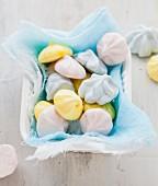 Pastellfarbene Vanillebaiserplätzchen