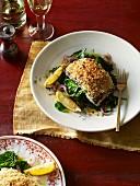 Ofengegarter Kabeljau mit Blauschimmelkäse und Olivenkruste mit jungem Spinat
