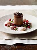 Schokoladenmousse mit Baisergebäck und getrockneten Himbeeren