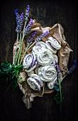 Baisergebäck mit Lavendelcreme