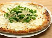 Pizza mit Ziegenkäse, Rucola und Parmesanspänen