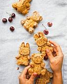 Vanille-Kirsch-Brownies in Form von Hasen und Bärchen