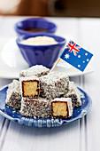 Lamingtons (Kuchenwürfel mit Schokoglasur und Kokosraspel, Australien)