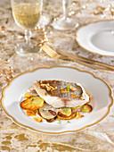 Goldbrasse aus dem Ofen und Bratkartoffel mit Knoblauch