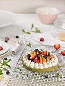 Grünteekuchen mit Orange und Waldfrüchten