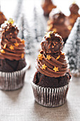 Weihnachts-Cupcakes mit Schokolade und Rochers