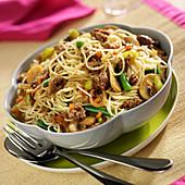 Spaghettis, beef and vegetable stir-fry