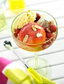 Pfirsich Melba mit Vanilleeis, Sahne und Beeren