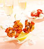 Kleine Spiesschen mit Currygarnelen und rotem Paprika