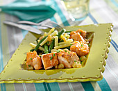 Salmon cubes with yellow and green beans, apple juice and sultana sauce