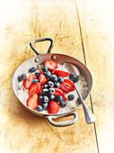 Erdbeeren und Heidelbeeren, gezuckert