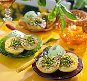 Gebratene Pfirsiche mit Vanillebutter, gehackten Pistazien und Pistazieneis