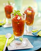 Tomaten-Gazpacho mit Feta und Basilikum, im Glas serviert