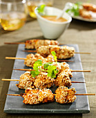 Sesame chicken brochettes with peanut sauce