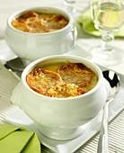 Soupe à l'oignon (französische Zwiebelsuppe), überbacken
