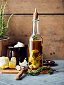 Öl aromatisiert mit Knoblauch, Zitronenschale und Rosmarin
