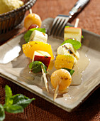 Fruit brochettes with honey