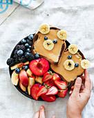 Bärchengesichter aus Toastbrot mit frischen Früchten
