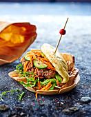Banh Bao Burger (Burger mit Schweinefleisch, Gurken und Karotten, Asien)
