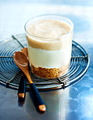 Kleiner Cheesecake mit Limette, Erdnüssen und Bananencoulis