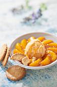 Karamellisierte Pfirische mit Buchweizenhonig, Aprikosensorbet mit Fleur de Sel und bretonischen Butterkeksen
