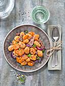 Kürbis-Gnocchi mit Entenfleisch, glasierten Karotten und Sesam