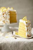 Zitronentorte Cake Paradise mit Baiser, angeschnitten