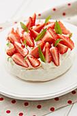 Baisertorte mit weisser Schokolade und Erdbeeren