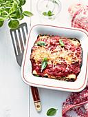 Lasagne, überbacken mit Tomatensauce und Käse