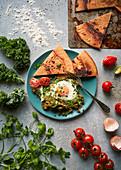 Shakshuka (Nordafrikanisches Eiergericht) mit Koriander und Grünkohl; Socca mit geräuchertem Paprika
