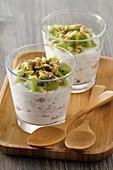 Zwei Gläser Porridge mit Kiwi, ungekocht