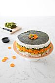Sushi Cake mit Karotte, Bohnen und Avoacado