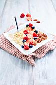 Puffreis mit pflanzlicher Milch, Beeren und Pekannüssen