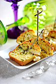 Mini-Cake mit Kammmuscheln und Kräutern