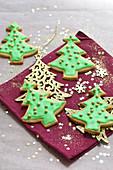 Mürbteig-Tannenbäumchen zu Weihnachten