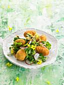 Kichererbsen-Stockfisch-Kroketten, Feldsalat mit Radieschen