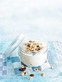 Aufgeschlagener Joghurt mit Trockenfrüchten