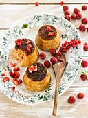 Kleine Flans aux oeufs (traditioneller Eierpudding mit Karamellsauce) mit Waldfrüchten